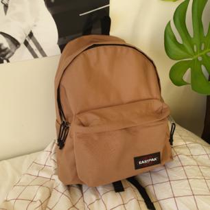 Eastpak ryggsäck :) Som ny! Färgen är lite kallare irl. Frakt är inkluderat i priset