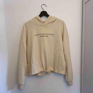 Superskön hoodie från ginatricot med svart tryck, säljer pga  aldrig riktigt kommer till användning.