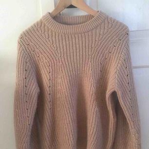Oversized beige stickad/virkad tröja från Gina tricot. Använd cirka två gånger och så skönt material. Köpt för 300kr. Kan mötas upp i Uppsala annars står köpare för frakt.