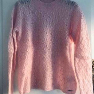 Underbar stickad tröja från GANT i kall rosa färg. Tröjan är i en lyxig mohair och ullblandning. Riktigt mjuk och varm. Knappt använd. Nypris i butik var 1999:-. Köparen står för eventuell frakt.