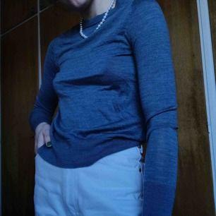 Långärmad tröja 100% ull. Köpt på Åhléns och är i bra skick. Någon mindre skavank finns dock (se bild 3). Frakten ingår i priset