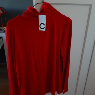 Helt ny röd polo. Aldrig använd, säljer då jag har FÖR mycket kläder. Står storlek M men passar bra på mig som har storlek S.