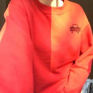 Jättefin röd tröja i bra skick köpt på en secondhand affär i New York, aldrig använd för min del.