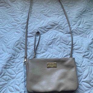 Liten handväska. Använd ett fåtal gånger, fint skick!   Köpt är köpt!  150kr + ev frakt