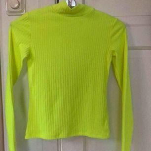 Jag säljer en långärmad tröja som har en stark färg av gul neon. Köptes för cirka 1 år sedan men aldrig använt. Säljer nu för 70kr.