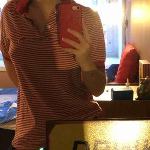 En kappa T-shirt med oklar storlek men sitter lite snyggt oversized på mig med S-M i tröjor. Köpt på Humana men kom tyvärr aldrig till användning. ❤️