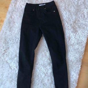 Jag säljer ett par högmidjade svarta jeans från NA-KD pågrund av att det är för små i storleken. Köptes för några månader sedan och använt ungefär 3 gånger. Nypris var 499kr och säljer för 250kr! Det är väldigt bra skick på dem!