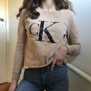 (Inkl frakt) asnajs beige calvin Klein tröja köpt på zalando för 1095kr, har klippt av den där nere. Varm och mysig innuti, jag är vanligtvis S och jag skulle vilja att den satt lite större