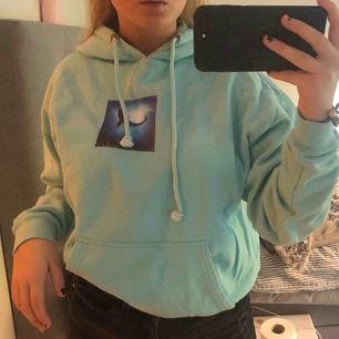 Säljer denna sjukt coola hoodie! Köpt på carlings för 400kr. Själva trycket är rätt så slitet men annars är tröjan i sjukt bra skick!💗