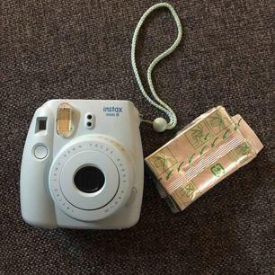 Instan mini 8 Polaroid kamera. Frakt inräknat! Kameran har 4 bilder kvar och det ingår även ett paket färgfilm, paketet är lite öppnat på hörnet men såklart fullt och oanvänt!