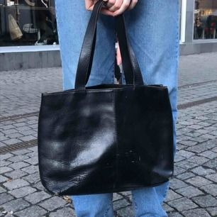 Cool svart handväska som rymmer mycket!