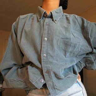 Tidigare kund slutade svara så denna är uppe för sälj igen! Ribbad grå/grön skjorta. Vintage! Den är en kort modell 💕
