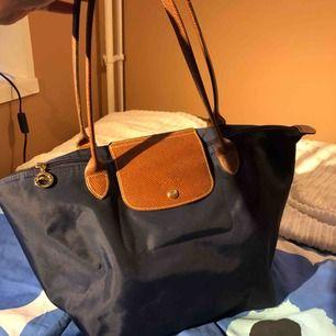 Snygg och praktisk Longchamp-väska i normalstorlek. Massor med utrymme samtidigt som den är smidig att ta med var som helst! Inköpt för några år sedan och har knappt används, därav i bra skick.