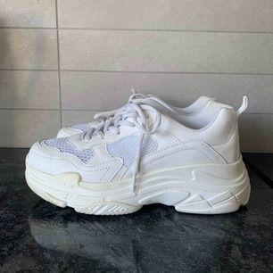 Vita chunky sneakers, köpta i somras. Använda några få gånger och har några slitningar men annars bra skick. Storlek 39 men passar mig som har 37/38. Kan mötas upp i Lund annars tillkommer frakt.