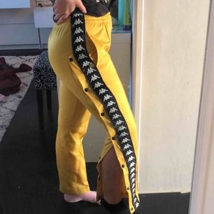 Fina gula kappa byxor i nyskick använd 1 gång.(äkta) frakt tillkommer 💛💛 säljer pga inte min stil