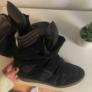 Säljer mina sjukt snygga Isabel marant skor då de tyvärr inte kommer till användning längre! Köpta för ca 5000kr. Har varken dustbag, kvitto eller låda till skorna därav priset. Priset kan dock diskuteras vid snabb affär 💗
