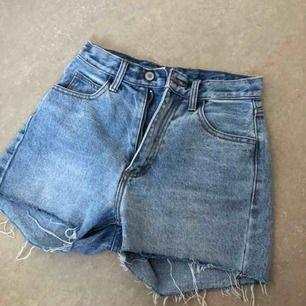snygga högmidjade jeansshorts köpta från brandy melville i somras. fint skick. säljer då jag inte får användning för de. kan mötas upp i stockholm. först till kvarn 🥰