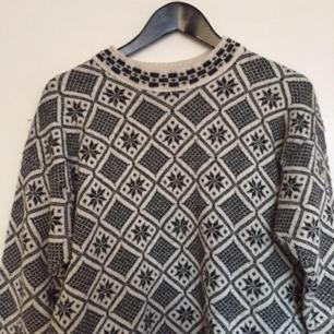 Säljer denna fina mönstrade stickade tröjan! ❤
