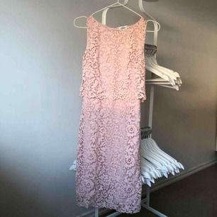 sååå fin figurnära klänning köpt från kappahl. den är i storlek xs men jag skulle säga att den passar även s och m. använd endast ett fåtal gånger. kan mötas upp i stockholm. först till kvarn 🥰