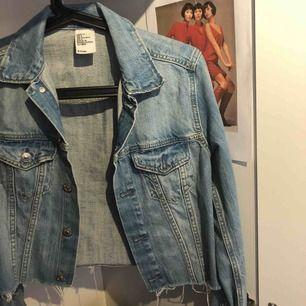 Croppad jeans jacka från hm i storlek XS/34. Dm för mer info/intressse 🌟🌼 Frakt 60 kr tillkommer 📦