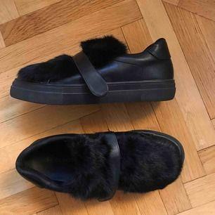 (Inkl frakt) fett coola och unika skor köpta i köpenhamn, vet ej märket. Skorna är i skinn och pälsen är äkta! I nyskick🥰