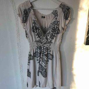 Hej! Jag säljer min Stella Morgan klänning då den är för stor för mig. Det är storlek M men är som en L då den är väldigt stretchig. Den går till mitten av mina lår och jag är 163cm. Använt Max 10ggr, fint skick. Köparen står för frakten!