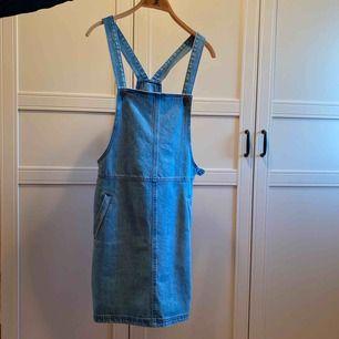 Jeansklänning från gestuz denim använd två gånger. Nypris: 800kr. Banden på klänningen är justerbara.