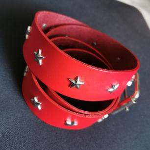 Superfint rött skärp med stjärnor! Använt enstaka gånger! 🥰  Frakt 22kr