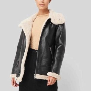 En svart jacka från Nakd, använd en gång köpt för 900kr!