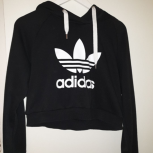 Äkta Adidas hoodie croppad i storlek S/M.