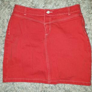 Storlek 14 uk size (en M i Sverige). Använd 1 gång. Stretchigt jeanstyg och kjolen går en bit ovanför knäna på mig som är 180 cm.