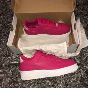 Helt nya Nike air FORCE 1  Färgen är rosa! Skorna är verkligen supersnygga men passade mig tyvärr inte i storleken så därför säljer jag de här!