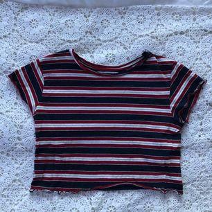 """Fin tröja med """"ruffle"""" kanter från pull & bear. Säljer för att den är för liten använd 1-3 ggr."""