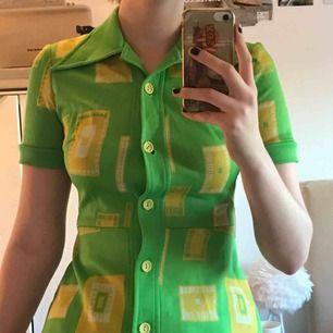 En skitcool grön tröja med gula detaljer och nervikt krage.  Passar bäst storlek S. Möts upp i Stockholm.  Kan skickas mot fraktkostnad❤️