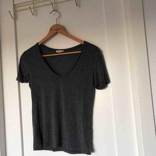 Grå v-ringad T-shirt, aldrig använd!