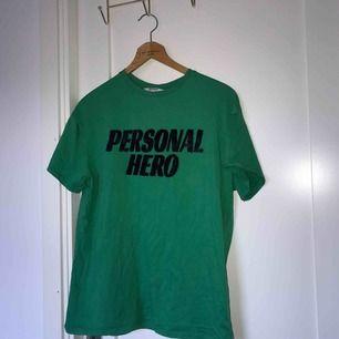 Oversized T-shirt med svart hårig text, bra skick!