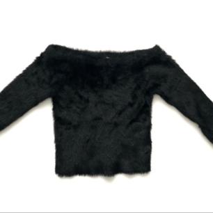 Croppad off shoulder tröja från H&M i väldigt mjuk material, samma mjuka material på insidan 😍. Den är stretchig så något stor i storleken, dvs passar även Medium. Aldrig använd.