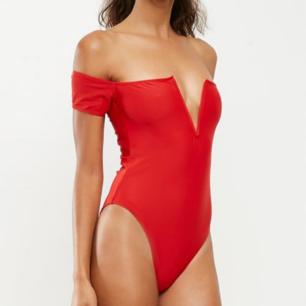 ✨ Superfin röd off shoulder baddräkt från Missguided, med en V-urringning. Storlek 38, aldrig använd.