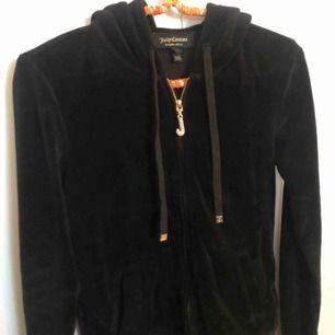 """En svart Juicy Couture munkis i sammet. Dragkedja i """"diamanter"""" och inte en enda saknas.  Köpt på NK i Stockholm för ca 1200kr.  Använda ett antal gånger, därav i princip som ny. Vid fler köpare buda! Köpare står för frakt."""