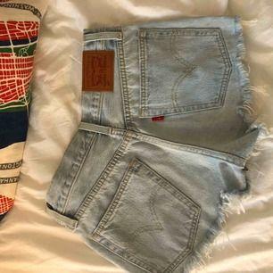Levis shorts i nyskick! Använd några enstaka gånger.  Vid fler köpare, buda! Köpare står för frakt.