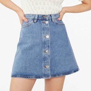 Fin jeans kjol från monki med knappar! Säljes pga blivit lite för liten för mig. Köparen står för frakt 💕