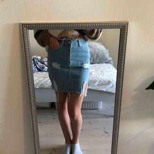 En blå hålig jeans kjol. Nyskick, använd 2-3 gånger. Frakt kan diskuteras