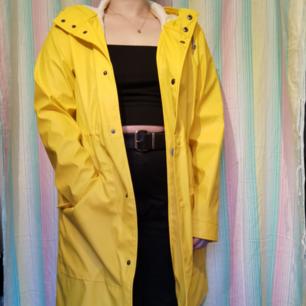 Superfin gul regnjacka! Helt oanvänd! Nypris 699kr! Frakt 63kr