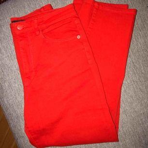 Croppade röda jeans från Lindex. Använda 1 gång, som nya. Kan mötas i Stockholm eller skicka. (Fraktkostnad står köparen för) 👖
