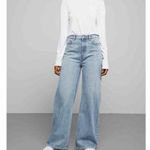Ace San Fran Blue jeans från Weekday. Perfekta tvätten med den trendiga flare-modellen. Jag är 174 o längden är perfekt på mig. Går att klippa av såklart! Köpta för 500kr. Sparsamt använda så skicket är toppen!🦋 säljer pga för små för mig nu🥺