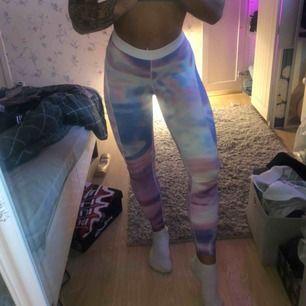 Better bodies Nolita print tights, högmidjade och sitter som dom ska under hela passet. Sparsamt använda och utan tecken på slitningar etc. Köpare står för frakt. Kolla även in mina andra annonser med mer träningskläder ute för försäljning!