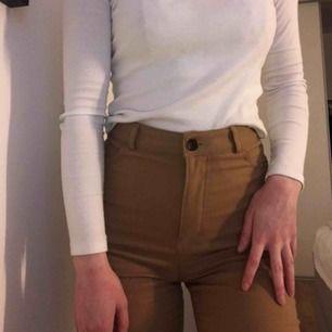 Beige/bruna byxor från Monki! Sitter superfint med straightleg😍 Inte använda mycket alls då de är lite stora i midjan för mig😩 Passar 34/36, frakt tillkommer❣️
