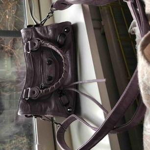 Säljer min balenciaga inspirerade väska! Ovanlig färg som är svår att få tag på, och väskan är i jättefint skick! 💕