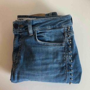Blåa jeans från Zara med nitar på sidorna. Använt dom 1 gång, nypris 449kr. Säljer för 349kr ink frakt!