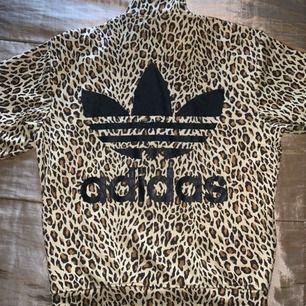 Adidas Jeremy Scott x limited edition!!! Du kan vara ensam om den, släpptes endast några stocken av den tröjan! Nypris 3000kr. storlek S, men en oversize modell passar XS till M beroende på hur man vill den ska sitta. Använd 3ggr, nyskick!